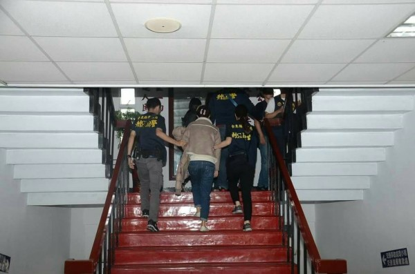 台東警分局兵分五路,一舉將車手集團逮捕到案。(記者王秀亭翻攝)