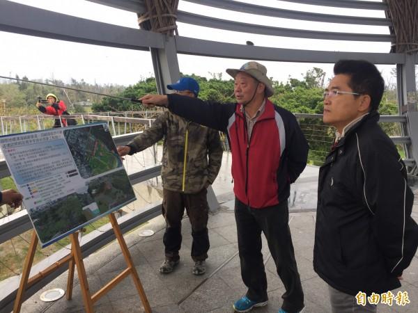 縣長黃健庭(右)視察海濱公園改善工程。(記者張存薇攝)