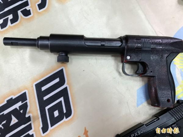 連釘槍都能被改成手槍。(記者黃良傑攝)