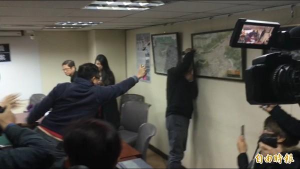 統派團體成員闖入記者會現場,朝自由台灣黨主席蔡丁貴噴灑生髮劑。(記者鄭鴻達攝)