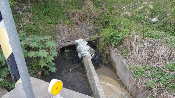 老翁摔落排水溝,一旁機車支離破碎。(記者張軒哲翻攝)