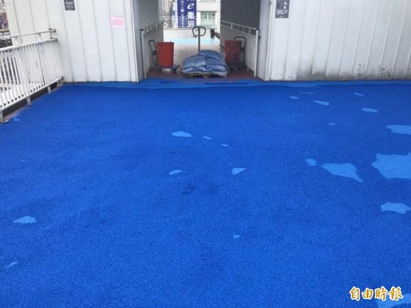 基隆市議會臨時會市政考察,發現東岸商場頂樓跑道變成一片藍海,業者解釋跑道還在整理,保護膜還未施工。(記者林欣漢攝)