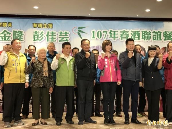 新北市議員鄭金隆(綠衣者)今晚宣布交棒給兒媳彭佳芸(右三),立委高志鵬(左四)、羅致政(右二)都出席站台。(記者葉冠妤攝)
