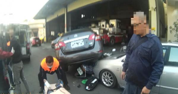 一台賓士車撞入汽車維修廠,維修廠待修的汽車被撞得變形、翹起。(記者王善嬿翻攝)