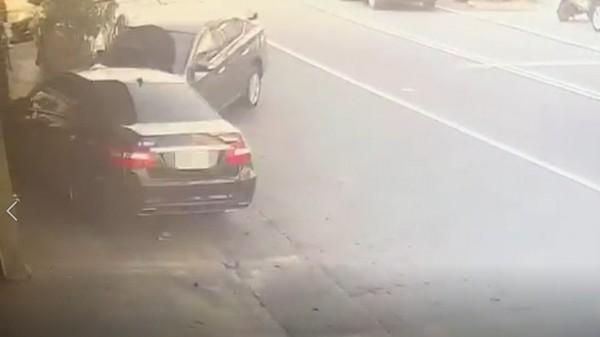 女駕駛開賓士車衝入保養廠,門口待修車輛被撞得變形。(記者王善嬿翻攝)