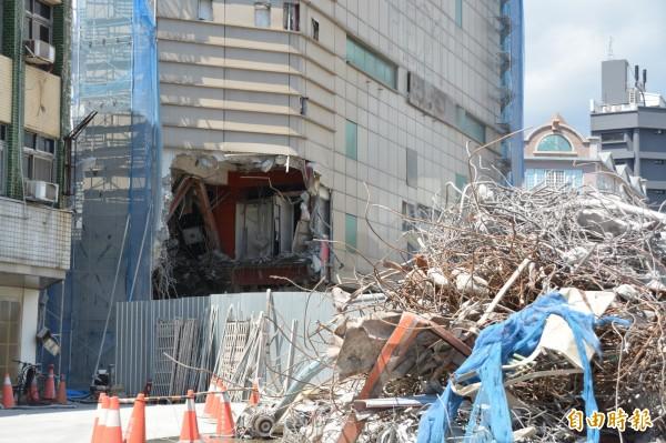 工程團隊陸續進行大面積舊遠百大樓拆除作業及廢棄物清運,市區中華路從自由街口往南到圓環路段今起擴大封閉,避免拆除期間碎片掉落造成人車危險。(記者王峻祺攝)