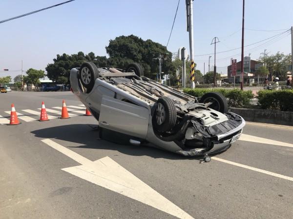 蒜頭糖廠前故宫北路發生自小客車翻覆事故。(記者蔡宗勳翻攝)
