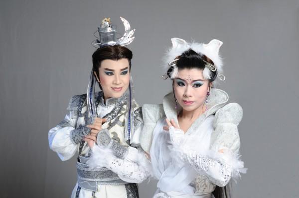 由陳昭香(左)飾演的安君焬被賦與除妖斬魔的任務,卻意外地與修練千年的狐妖花一姑(孫詩雯飾)結識。(圖精誠中學提供)