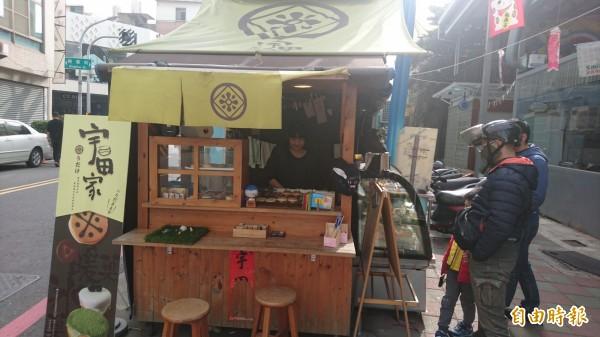 宇田家菓子維持攤車經營模式,希望給客人家的溫暖感覺。(記者劉婉君攝)
