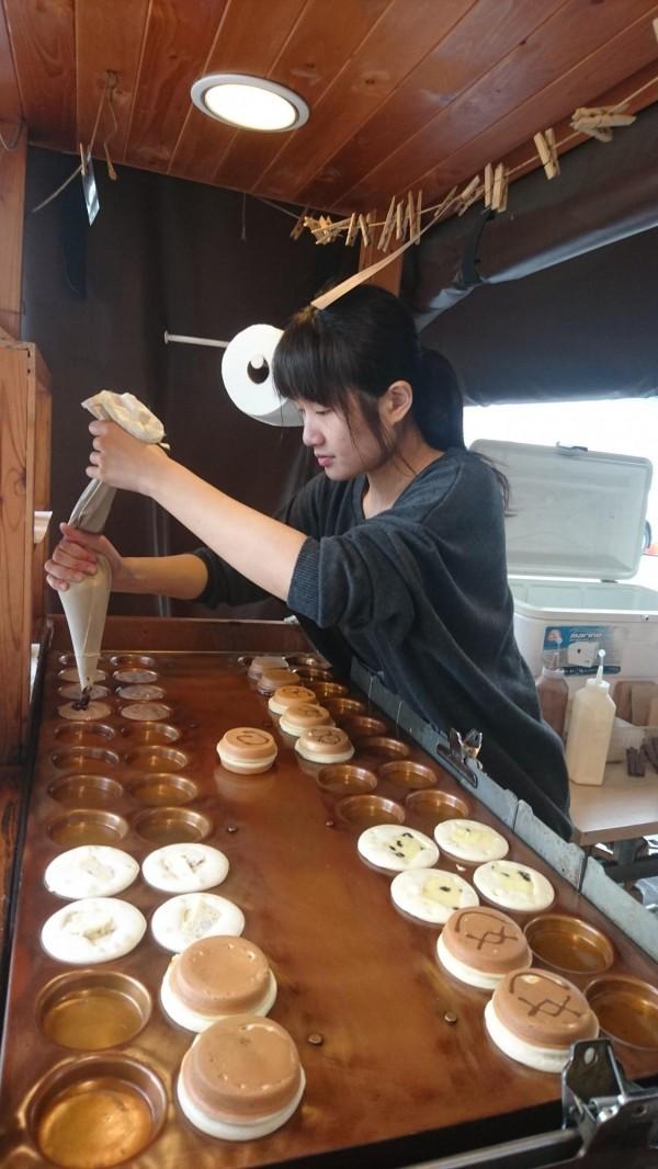 宇田家菓子燒的外形及烤製的工具都和紅豆餅相似,口感卻不同。(記者劉婉君攝)