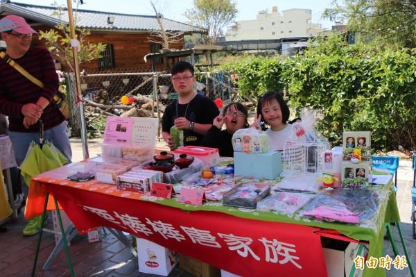 後龍惜福市集今共有20個攤商,將當天收入所得全捐作公益。(記者鄭名翔攝)