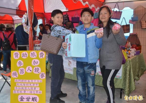 霧峰桐林國小學童5月將到中國天津參加機器人比賽,今天學校愛心志工隊義賣手提袋、手工餅乾,小朋友也吹直笛表演「打賞」湊旅費。(記者陳建志攝)