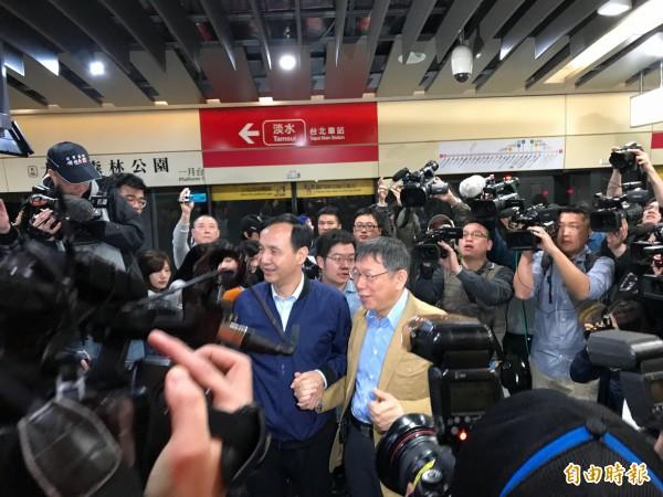 台北市長柯文哲與新北市長朱立倫今上午共同主持公共運輸定期票啟用典禮,宣布自4月16日起推出1280元定期票。(記者沈佩瑤攝)