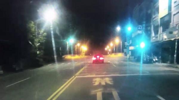 路口號誌已變換為綠燈了,馮姓男子駕駛的自小客車還是停著不前行,原來是馮男睡著了。(記者王秀亭翻攝)
