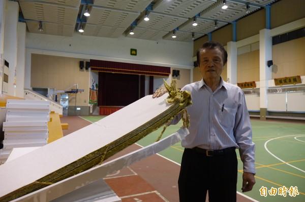 彰化秀水體育館吸音障板出現掉落,鄉長梁禎祥慶幸沒有人員受傷。(記者劉曉欣攝)