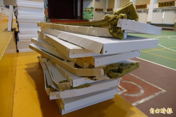 彰化秀水體育館的吸音障板為玻璃纖維材質,外圍是鐵框。(記者劉曉欣攝)