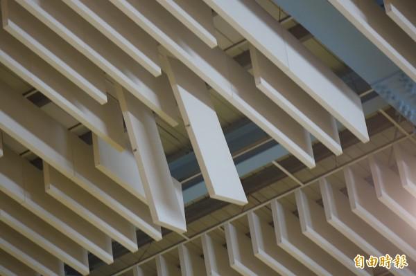 彰化秀水體育館出現吸音障板掉落,現場保留數片維持原狀,以釐清責任歸屬。(記者劉曉欣攝)