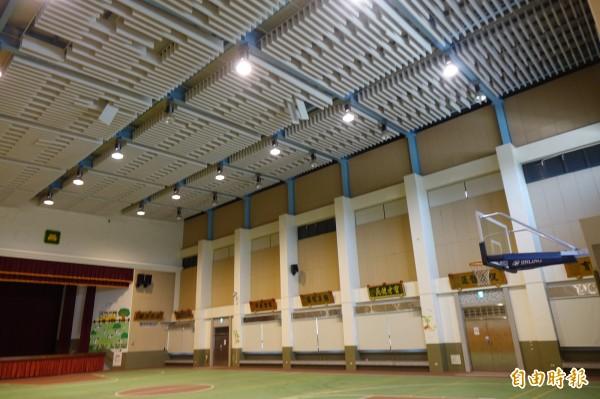 彰化秀水體育館吸音障板是追加工程,因為使用者反應打球回音太大,才在天花板加裝吸音障板。(記者劉曉欣攝)