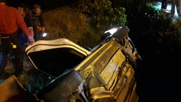宜蘭縣冬山鄉八仙五路和幸福二路交叉路口今晚發生車禍,姜男連人帶車摔入大排,由消防員破壞車體後才順利救出。(記者張議晨翻攝)