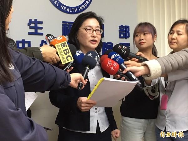 衛福部健保署醫務管理組長李純馥說明醫院財報。(記者林惠琴攝)