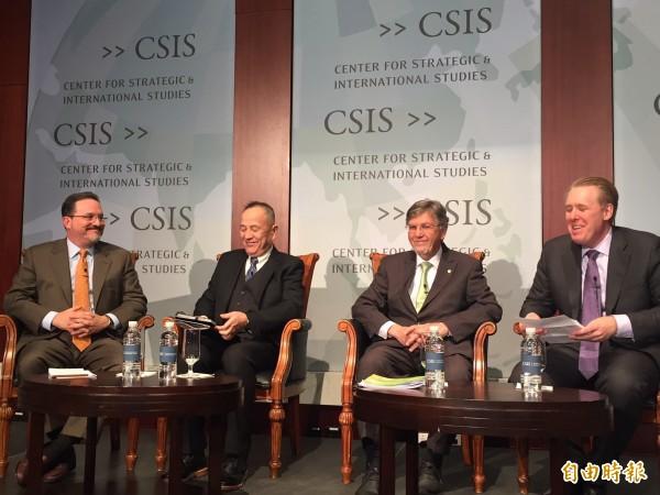 美國智庫「戰略暨國際研究中心」(CSIS)今天就美台日在印太戰略中的角色舉行座談會。左起CSIS副總裁葛林、前日本海上自衛隊將領吉田正紀、民進黨駐美代表彭光理與CSIS中國項目主任張克斯。(記者曹郁芬攝)