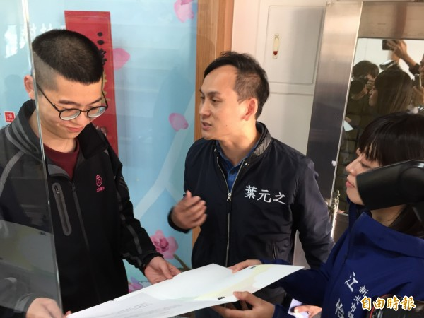 立委苏巧慧助理(左)接下邀请函,叶元之(中)也向他谈细部内容。(记者邱书昱摄)