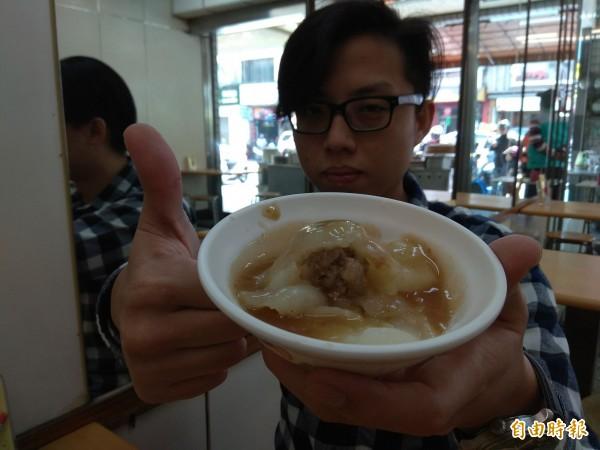 黃嘉倫推薦肉圓先吃原味,再加甜辣醬及蒜泥。(記者洪定宏攝)