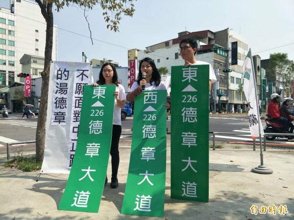 蘇鈺雯(左)、陳嘉伶(中)、李宗霖(右)今日召開記者會。(記者邱灝唐攝)