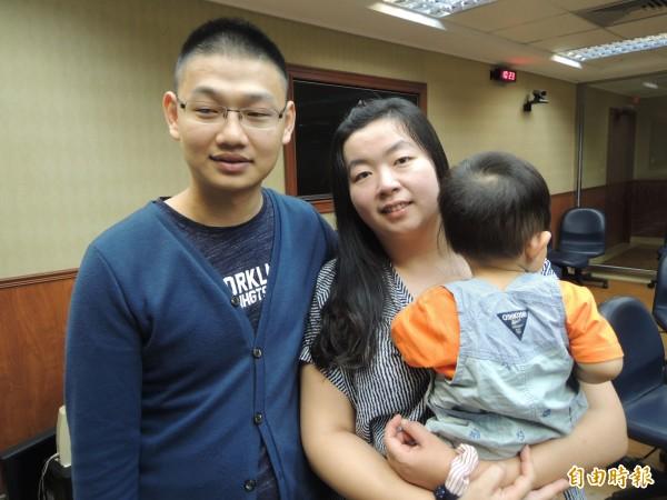 王鵬富與妻小感念乾媽遺愛。(記者黃旭磊攝)