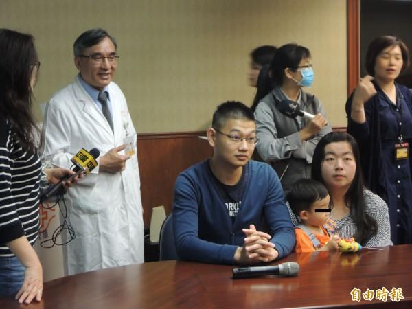 李芳豔(左)說,病患與家屬間似有心電感應。(記者黃旭磊攝)