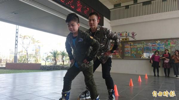 曾寬程與爸爸曾志田一起表演滑輪溜冰。(記者劉婉君攝)