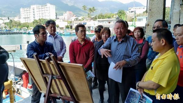 縣長黃健庭(左二)視察新港漁港改善計畫。(記者張存薇攝)