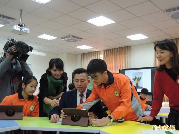 新竹市政府推動智慧教室的學習正夯,竹光國中學生在智慧教室以平板和大型觸控螢幕作學習工具,市長林智堅也與學生互動。(記者洪美秀攝)