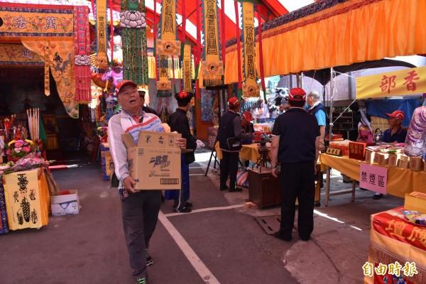 廟方工作人員正在忙著祭祀等相關工作。(記者葉永騫攝)