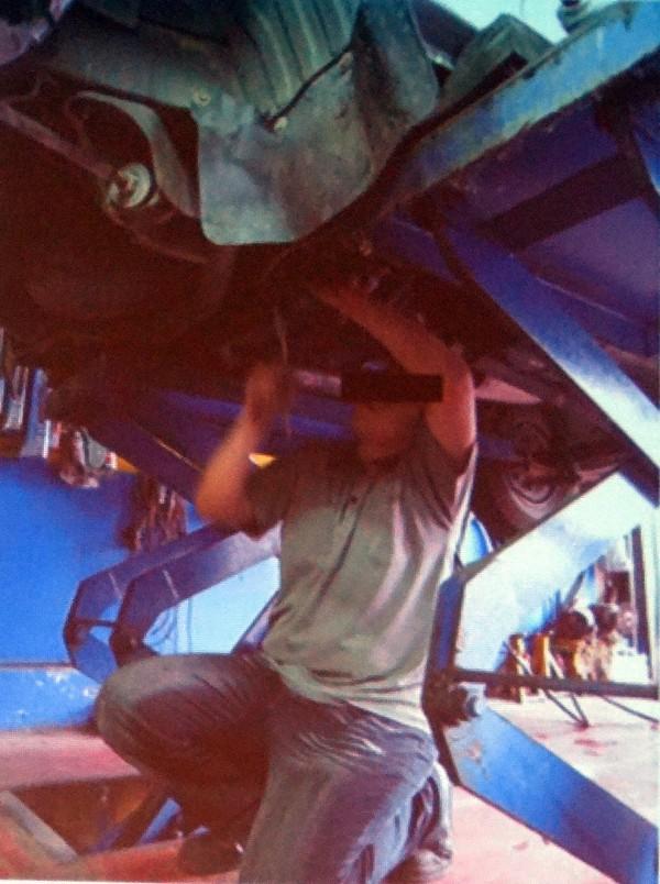 經常性舉手高過於肩部的工作者是罹患肩膀職業病的高危險群。(記者王俊忠翻攝)