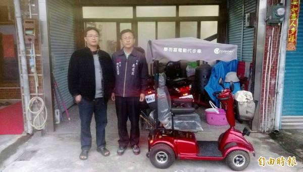 水上鄉民朱明德(左)捐出四輪電動車,由水上鄉民代表吳建霖進行再利用。(記者林宜樟攝)