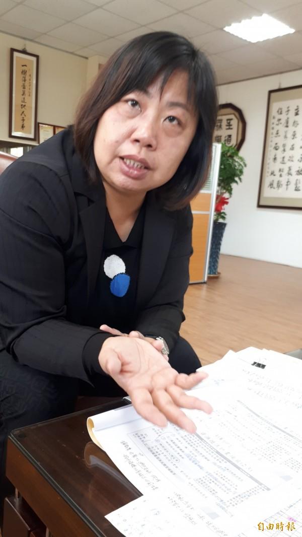 台東高商校長劉玲慧說明完全免試入學,建議國中畢業生以興趣取向選志願。(記者黃明堂攝)