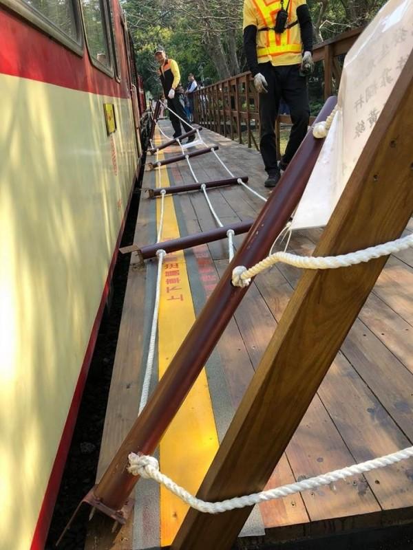 森鐵車庫園區的拍照用月台護欄被小火車撞得東倒正歪。(擷取自臉書爆料公社)