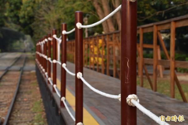 森鐵車庫園區月台護欄已完成修復。(記者蔡宗勳攝)