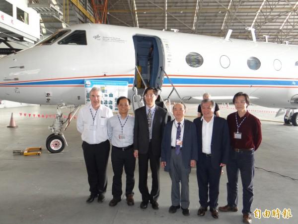 中央研究院環境變遷研究中心與德國布萊梅大學科學家團隊將以背後的研究飛機進行台灣與周邊空域的空污調查工作。(記者王俊忠攝)