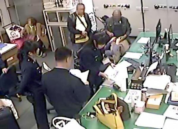 1名菲律賓籍旅客(右)11日晚間在桃園機場轉機時遺失極具紀念意義的手表,航警局保安大隊員警在3個小時內找到涉嫌侵占該只手錶的菲籍嫌犯(右三),也在遺失者登機前將具有紀念意義的手表物歸原主。(翻攝自航警局臉書)