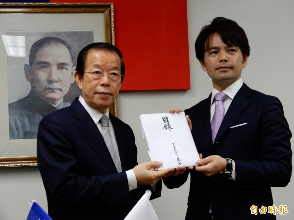 日本雅虎基金理事西田修一(右)13日捐出由16萬名網友捐的1億4千多萬圓花蓮賑災善款。(記者林翠儀攝)