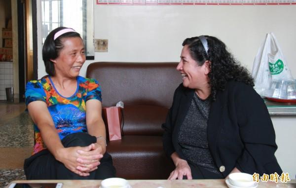 何季芬(左)與羅美智(右)一見如故,用起西班牙話聊起智利點滴。(記者陳冠備攝)
