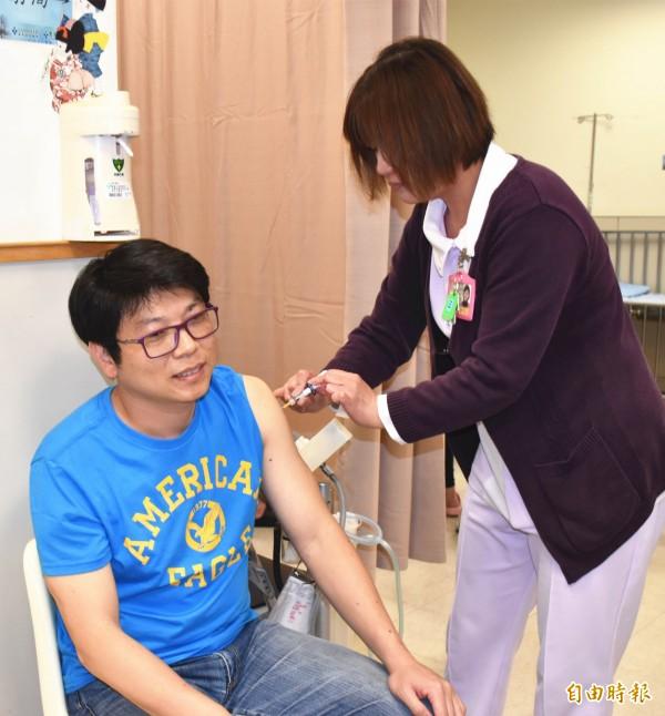 民眾可到醫療院所或分級醫療的基層診所,接受肺炎疫苗注射。(記者李容萍攝)