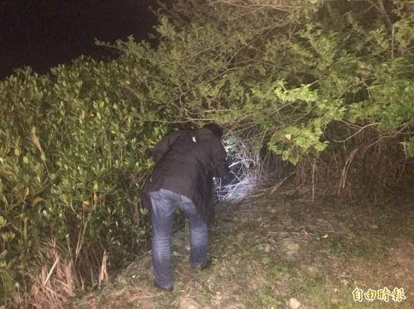 警方在茂密的樹叢中搜索。(記者王宣晴攝)