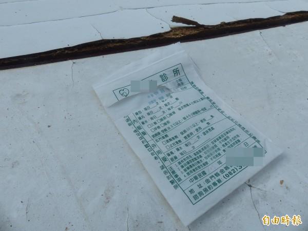 金門古崗出海口的垃圾藥袋上的「姓名欄」已被剪去。(記者吳正庭攝)