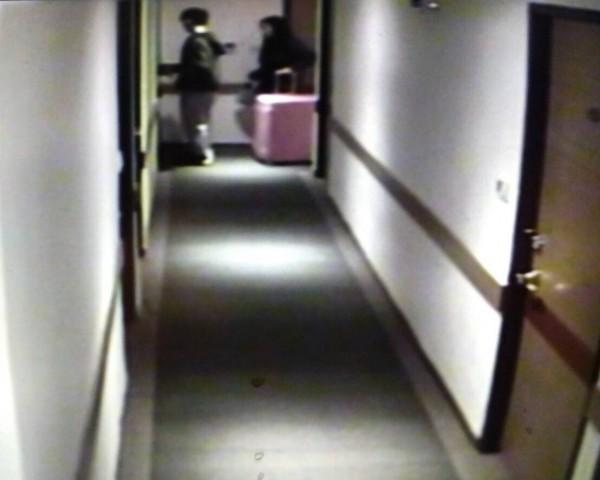 潘、陳2人17日凌晨零時26分帶著行李箱返回飯店休息,進房前的最後身影。(記者陳恩惠翻攝)