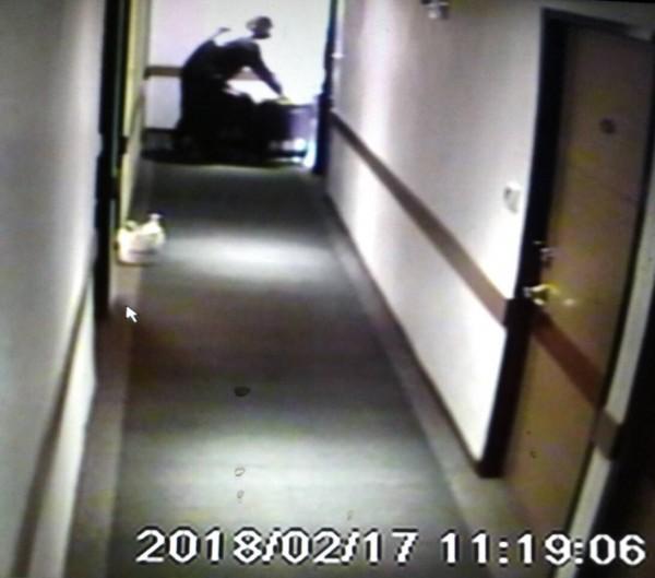 影帶顯示,17日上午11時餘,陳男獨自拿著粉色行李箱出門。(記者陳恩惠翻攝)