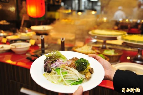 演員喜歡在早餐時來上一碗道地擔仔米粉,加入清燙牛肉與魚片伴著吃。(記者王捷攝)