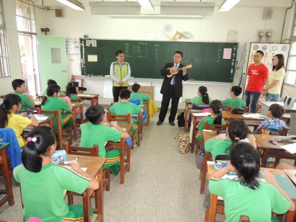南市赤崁文化關懷協會藝文志工到小學推廣在地文史研習與烏克麗麗樂器演奏教學。(資料照)
